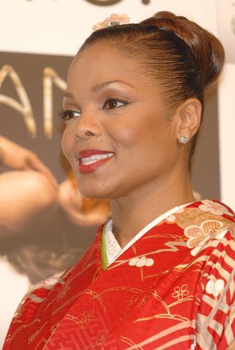珍妮杰克逊宣传新碟在东京着大红和服别有风味