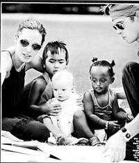 安吉丽娜-朱莉越南再收孤儿组成国际大家庭
