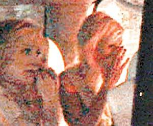 帕丽斯・希尔顿入狱面如死灰其母身边相陪(图)