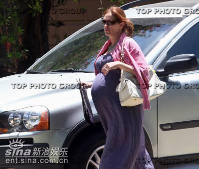 朱丽娅-罗伯茨怀孕九月肚大如箩赶赴宴会(图)