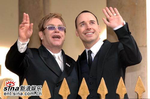 组图:英摇滚巨星艾尔顿-约翰与同性爱人完婚