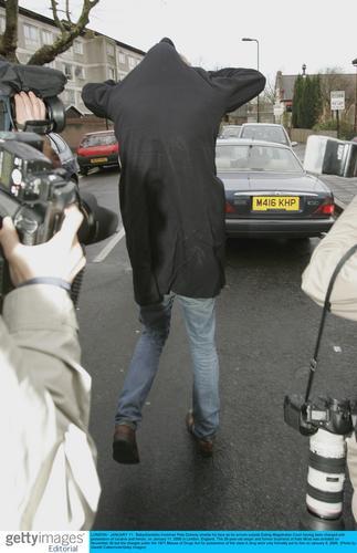组图:浪子皮特藏毒被起诉遭媒体围攻脱衣遮面
