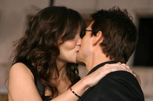组图:凯蒂产后首度亮相与阿汤哥热吻如胶似漆