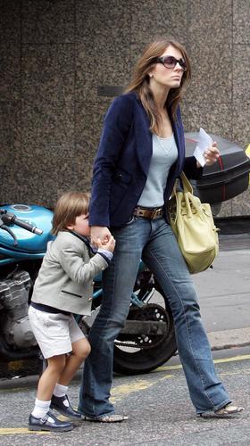 组图:名模伊丽莎白赫莉携爱子散步甜蜜幸福