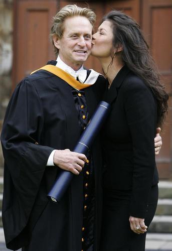 组图:道格拉斯获荣誉博士学位泽塔-琼斯献吻