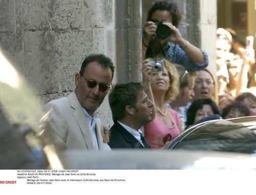 组图:让-雷诺与女友法国举行婚礼好友来捧场