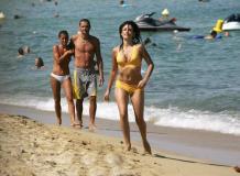 组图:佩内洛普・克鲁兹海边玩耍穿着暴露性感