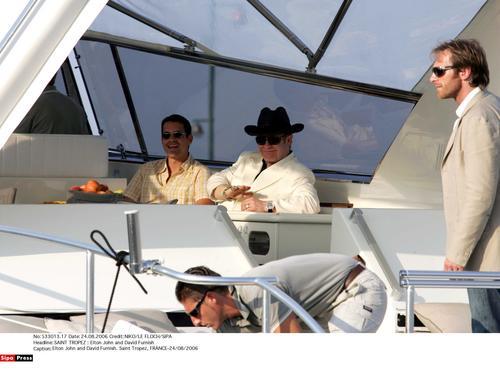 组图:艾尔顿-约翰与同性丈夫出海度假秀恩爱