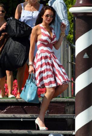 组图:林赛罗韩离开威尼斯别墅低胸粉裙秀身材