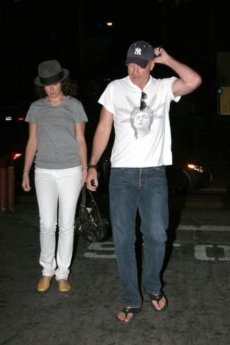 组图:布鲁斯-威利斯与前模特女友亲密漫步街头