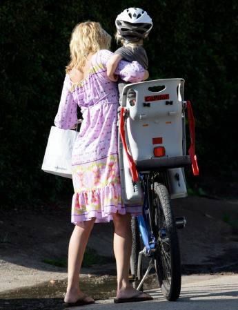 组图:甜心宝贝凯特-哈德森母爱无限带儿子出游