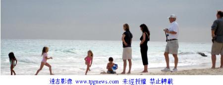 组图:凯瑟琳-泽塔琼斯一家海边度假享天伦之乐