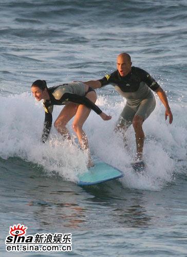 组图:卡梅隆-迪亚兹与新欢冲浪走出分手阴影