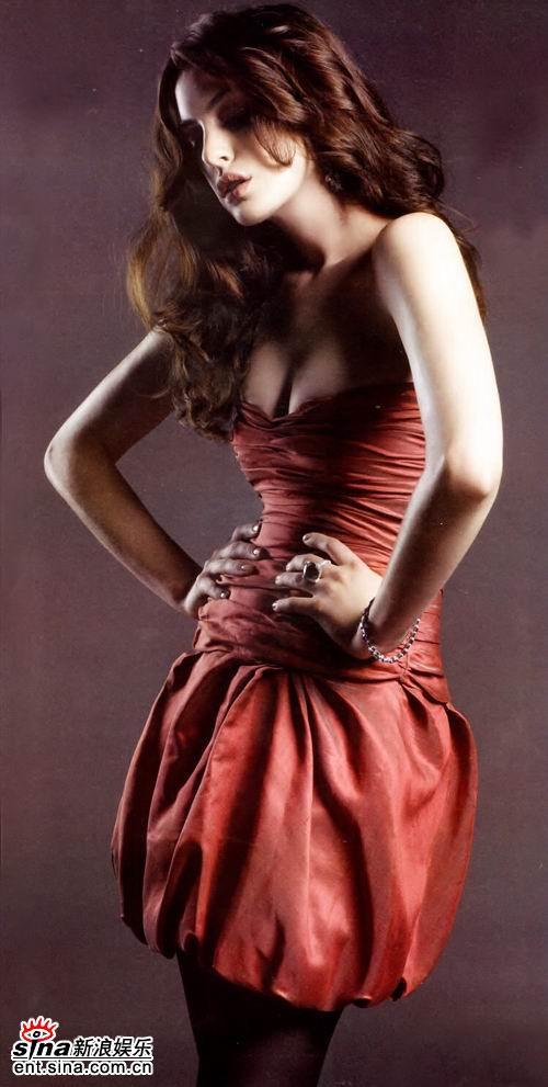 组图:安妮-海瑟薇杂志写真性感衣着大秀美胸