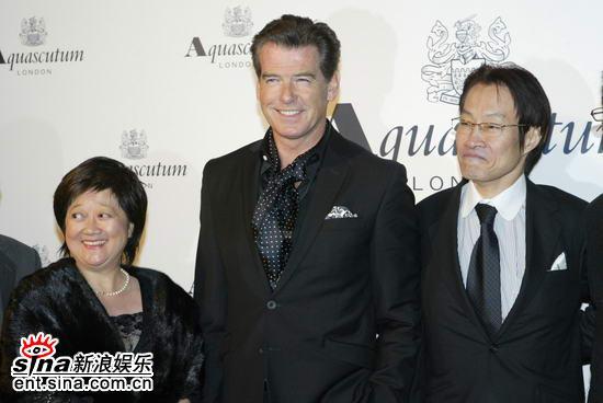 组图:布鲁斯南首度造访上海携美女黄奕同亮相