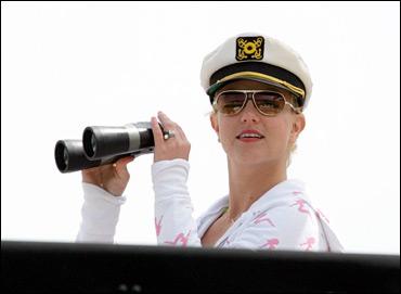 布兰妮粉色比基尼秀身段船上度假扮海员(组图)