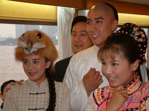 陈司翰 上海 叶童/(左起)王艺璇、邱心志、陈司翰、刘涛在游艇上观看预告片。