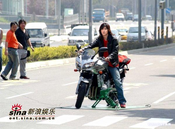 图文:周渝民拍《战神》大飙飞车(9)