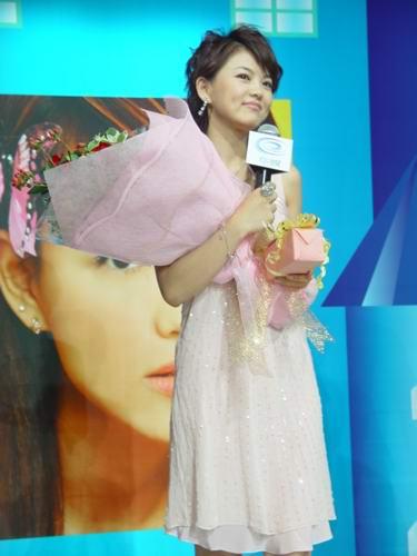 组图:李湘加盟华娱电视面对媒体避谈婚姻
