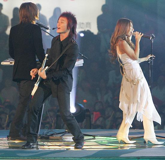 组图:台湾人气组合飞儿乐团现场激情献唱