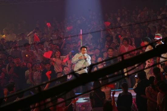 图文:陈奕迅卖力演唱大汗淋漓表情夸张(54)