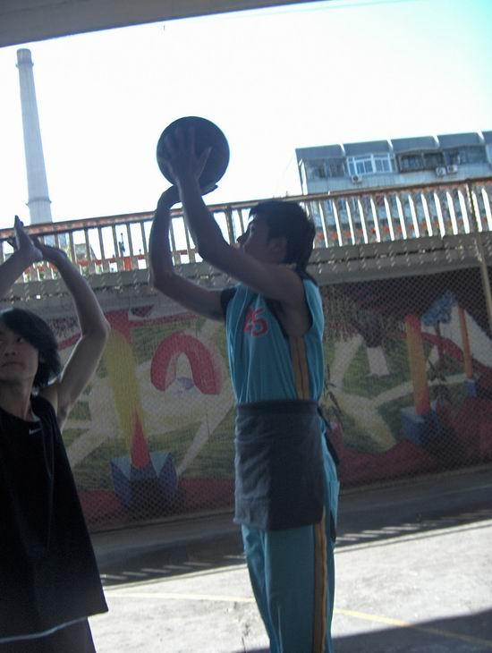 图文:《篮球部落》片场传真-邱泽运动服外扎围裙(6)