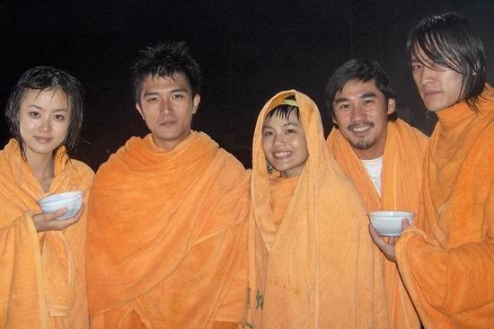 图文:《篮球部落》北京热拍主演淋雨2小时(3)
