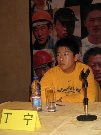 图文:陶泽如雪村出席《生存之民工》发布会(4)
