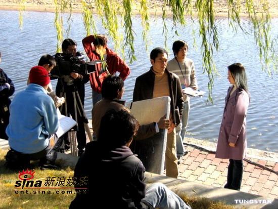 组图:方中信上海拍《天若有情2》与董洁演情侣