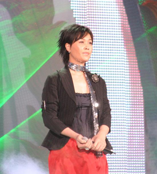 图文:春节晚会首录备播带-那英黑衣红裙亮相