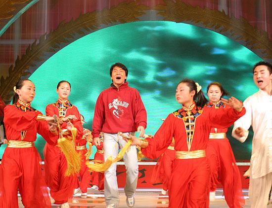 图文:成龙首次参加2005春节晚会彩排(13)
