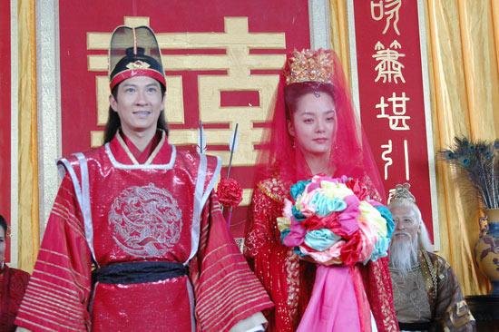 图文:蔡琳张家辉《新醉打金枝》结婚照曝光(5)