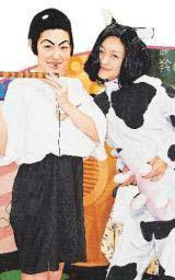 资料图片:搞笑造型--小S牧童装与大S奶牛变装