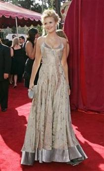 图文:麦琪-格蕾丝亮相57届艾美奖颁奖红地毯