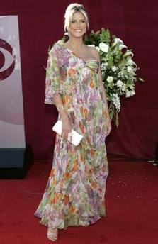 图文:名模海蒂-克拉姆花朵晚装清新亮相颁奖礼