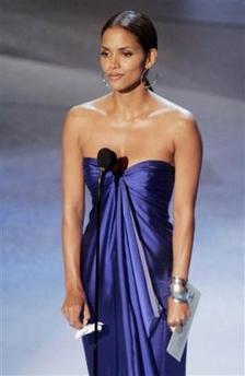 图文:好莱坞著名女星哈里-贝瑞为艾美奖颁奖