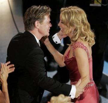 图文:弗莉蒂-赫夫曼获最佳女主角后与丈夫庆祝