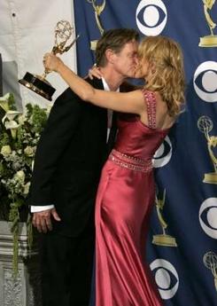 图文:《疯狂主妇》弗莉蒂-赫夫曼与丈夫拥吻