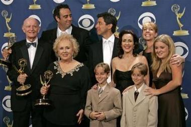 图文:《大家都爱雷蒙德》全家福人人喜笑颜开