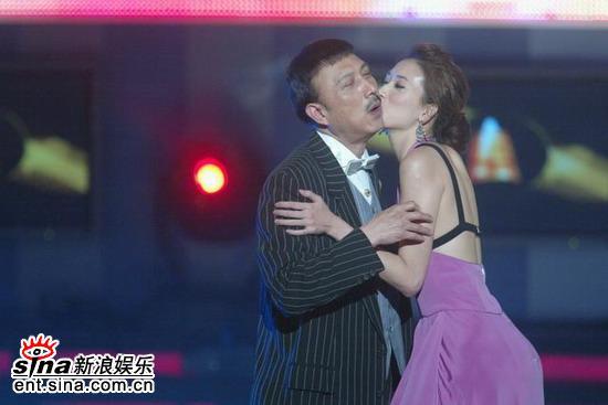 图文:舞台上上演精彩一幕林志玲对余天献香吻