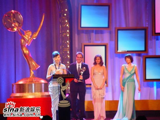 何琳第33届国际艾美奖获颁最佳女主角大奖(图)