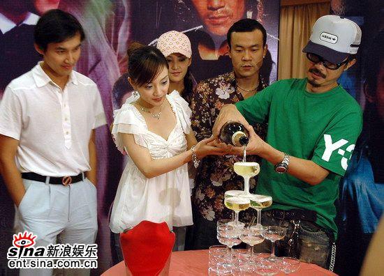 图文:《风吹云动星不动》-李小璐、刘心刚倒香槟