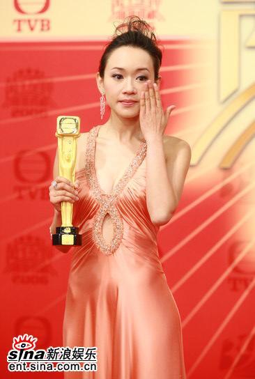 图文:杨思琦获最佳女配角--频频拭泪