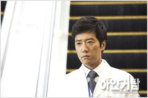 资料:韩国版《白色巨塔》人物--金明敏饰张俊赫