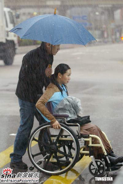 组图:杨思琦林保怡淋雨拍摄新剧《随时候命》