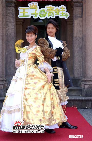 组图:《王子变青蛙》开镜众星欧洲贵族服亮相