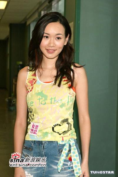 组图:杨思琦等为TVB节目《东张西望》拜神