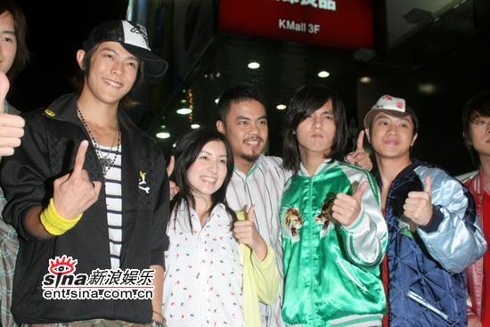 组图:南拳妈妈等出席签名会歌迷与主持人斗嘴