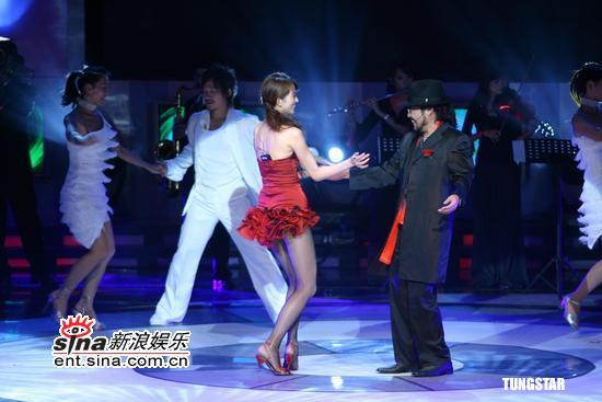 组图:林志玲红色超短裙展示美腿与张菲热舞