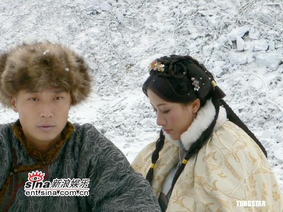 组图:马浚伟杨怡拍《汇通天下》演绎雪中爱情